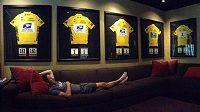 Lance Armstrong odpočívá ve svém domě v texaském Austinu pod zarámovanými žlutými dresy pro vítěze Tour de France.