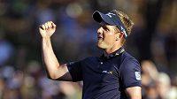 Vítězné gesto anglického golfisty Luka Donalda