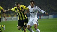 Obránce Dortmundu Lukasz Piszczek (vlevo) se snaží odebrat míč Mesutu Özilovi z Realu.