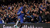 Ramires (vpravo) a Juan Mata se radují s fanoušky Chelsea z branky.