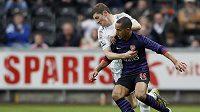 Útočník Arsenalu Theo Walcott (vpředu) bojuje o míč s Benem Daviesem ze Swansea.