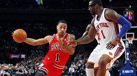 Derrick Rose (vlevo) proti Knicks perlil.