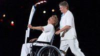 Atletická legenda, olympijská vítězka Betty Cuthbertová, na vozíku s pochodní před startem OH v Sydney 2000.