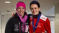 Martina Sáblíková (vpravo) po zlatém závodě na 5000 metrů na MS v Inzellu s Annou Fernstädtovou, českou reprezentantkou ve skeletonu, která bydlí od dějiště šampionátu jen pětatřicet kilometrů a přijela rychlobruslařku povzbudit.