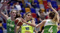 Marta Xargayová (s míčem) z USK mezi brněnskými hráčkami Ilonou Burgrovou (vlevo) a Gabrielou Andělovou ve finále play off basketbalové ligy žen.
