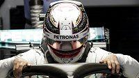 Brit Lewis Hamilton při tréninku na Velkou cenu Číny.
