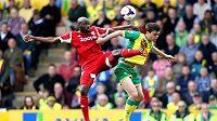 Momentka ze zápasu Norwich - West Brom 0:1. Jonny Howson (vpravo) v dresu domácích Kanárků bojuje o míč s Yousouffem Mulumbem z hostujícího celku.