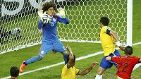 Ani gólová hlavička Thiaga Silvy (vpravo) se neujala. Brankář Mexika Guillermo Ochoa byl nepřekonatelný.