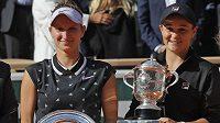 Ashleigh Bartyová (vpravo) s trofejí Suzanne Lenglenové pro vítězku tenisového French Open, vedle ní poražená finalistka Markéta Vondroušová.
