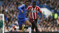 John Obi Mikel (vlevo) z Chelsea a Alfred N'Diaye ze Sunderlandu v utkání Premier League na Stamford Bridge.