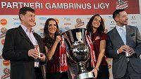 Sportovní manažer Prazdroje Jan Kovář (vlevo) a šéf Ligové fotbalové asociace Dušan Svoboda představili v hotelu Corinthia Tower v Praze novou trofej pro vítěze Gambrinus ligy.