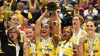 Velká radost basketbalistek USK Praha z trofeje ve finále Final Four.