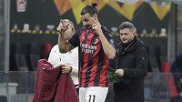 Fotbalista AC Milán Zlatan Ibrahimovic gestikuluje při střídání v zápase s Lille.