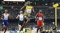 Usain Bolt z Jamajky se raduje z vítězství na trati 200 metrů.