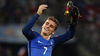 Francouzský útočník Antoine Griezmann slaví postup do finále mistrovství Evropy.