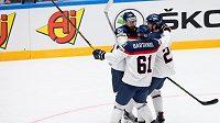Hokejisté Slovenska se radují z gólu.