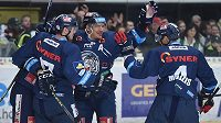 Hokejisté Liberce se radují z gólu na ledě Mladé Boleslavi.