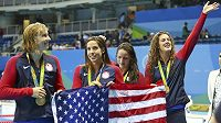 Američanky slaví vítězství ve štafetě na 4x200 metrů. Zleva Allison Schmittová, Leah Smithová, Maya DiRadová a Katie Ledecká.