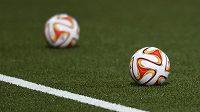 Míče na umělém trávníku Stade de Suisse před utkáním Evropské ligy mezi Young Boys Bern a Sparta Praha.