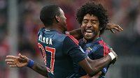 Hráči Bayernu David Alaba (vlevo) a Dante slaví gól v síti CSKA Moskva.
