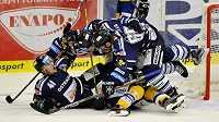 Hokejisté Vítkovic se radují ze vstřeleného gólu na zlínském ledě.