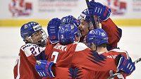 Čeští hokejisté se radují z gólu proti USA na MS do 20 let.