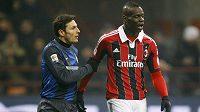 Útočník AC Milán Mario Balotelli (vpravo) se dohaduje s Javierem Zanettim z Interu Milán.