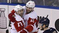 Hokejisté Detroitu Riley Sheahan (vpravo) a Pavel Dacjuk se radují z gólu. Red Wings s New York Rangers sice prohráli, play off si ale zahrají.