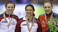 Tři nejlepší rychlobruslařky z trati 1000 m: (Zleva) Stříbrná Američanka Heather Richardsonová, vítězka závodu Brittany Boweová z USA a bronzová Karolína Erbanová.