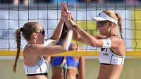 České beachvolejbalistky Kristýna Kolocová (vlevo) a Markéta Sluková během turnaje světového okruhu žen v Praze na Štvanici.
