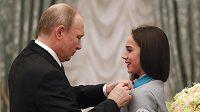 Ruský prezident Vladimir Putin vyznamenává krasobruslařku Alinu Zagitovovou po návratu z olympiády.