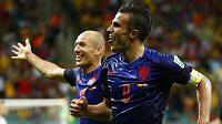 Nizozemský záložník Arjen Robben (vlevo) a útočník Robin van Persie se radují z gólu proti Španělsku.