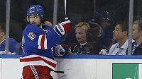 Útočník New Yorku Rangers Mats Zuccarello (č. 36) v zápase proti Pittsburghu.