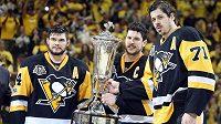 Hokejisté Pittsburghu zleva Chris Kunitz (14), Sidney Crosby (87) a Jevgenij Malkin (71) pózují s trofejí pro vítěze Východní konference.