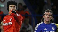 Petr Čech (vlevo) a jeho spoluhráč z Chelsea Filipe Luis.