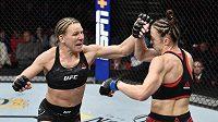 Justine Kishová (vlevo) porazila Lucii Pudilovou. Co bude dále s českou zápasnicí, bude pokračovat v UFC?