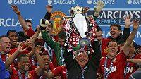 Manažer Manchesteru United Alex Ferguson slaví s týmem vítězství v Premier League.