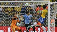 Paulinho (vpravo) posílá míč podruhé do sítě Uruguaye a brazilský tým do finále Poháru FIFA.