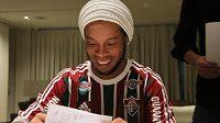 Fotbalový záložník Ronaldinho při podpisu nové smlouvy s Fluminense.