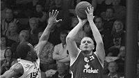 Basketbalista Michal Maslík (vpravo)