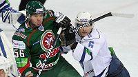 Josef Straka (vlevo) v dresu Kazaně v utkání Kontinentální ligy proti Dynamu Moskva
