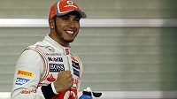 Pilot McLarenu Lewis Hamilton oslavuje zisk pole position v Abú Zabí.
