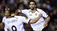 Adil Rami a Roberto Soldado z Valencie slaví gól v odvetě čtvrtfinále Evropské ligy proti Alkmaaru.