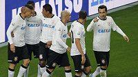 Útočník Corinthians Paolo Guerrero (vlevo) slaví se svými spoluhráči na MS klubů gól do sítě Al-Ahlí.