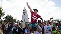 Joel Parkinson se raduje ze svého premiérového triumfu v surfařském šampionátu