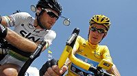 Mark Cavendish (vlevo) při rozhovoru se svým týmovým kolegou ze stáje Sky a lídrem Tour de France Bradley Wigginsem.