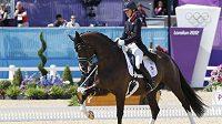 Britská jezdkyně Charlotte Dujardinová s koněm Valegrem vybojovalo pro pořadatelskou zemi zlatou medaili v drezuře