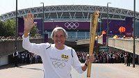 Olympijskou pochodeň na její cestě po Británii nesl i bývalý slavný anglický fotbalový brankář Gordon Banks, mistr světa z roku 1966