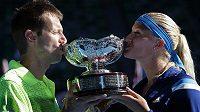Francouzka Kristina Mladenovicová a Kanaďan Daniel Nestor se těší s pohárem pro vítěze smíšené čtyřhry na prvním grandslamu sezóny.