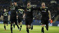 Radost hráčů Chelsea po druhé brance Marcose Alonsa (uprostřed) v zápase proti Leicesteru.